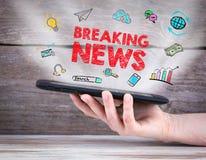 najświeższe wiadomości złamać każdą aktualizację pastylka komputer w ręce drewniany tła Zdjęcia Royalty Free