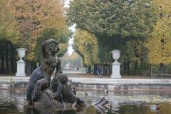Najadspringbrunn i trädgård av den Schonbrunn slotten fotografering för bildbyråer