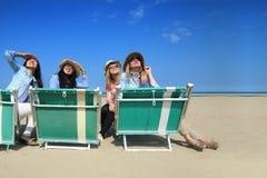 Najlepsi przyjaciele na plażowym patrzejący słońce Obraz Royalty Free