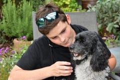 Najlepsi przyjaciele, nastoletni chłopak i jego arlekiński pudel, fotografia royalty free