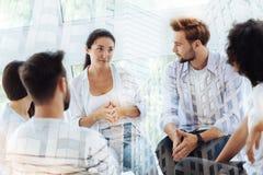 Najlepsi przyjaciele siedzi w psychologach biurowych Fotografia Stock