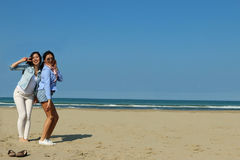 Najlepsi przyjaciele szczęśliwie pozuje na plaży Zdjęcie Stock