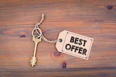 najlepsza oferta Klucz i notatka na drewnianym stole z tekstem Obraz Royalty Free
