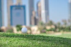 Najlepszy dzień dla grać w golfa Piłka golfowa jest na trójniku dla golfa bal Fotografia Stock