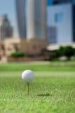 Najlepszy dzień dla grać w golfa Piłka golfowa jest na trójniku dla golfa bal Zdjęcie Royalty Free