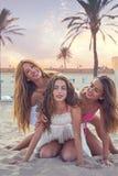 Najlepszy przyjaciel dziewczyn nastoletnia zabawa w plażowym zmierzchu zdjęcia royalty free