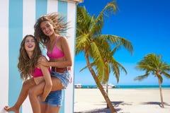 Najlepszy przyjaciel dziewczyny piggyback w lato plaży obrazy stock