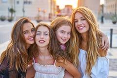 Najlepszy przyjaciel nastoletnie dziewczyny przy zmierzchem w mieście zdjęcie royalty free