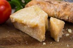 Najlepszy Włoski jedzenie - świeży parmesane ser, czerwone wino, oliwny brea Fotografia Royalty Free