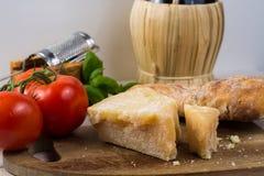 Najlepszy Włoski jedzenie - świeży parmesane ser, czerwone wino, oliwny brea Obraz Royalty Free