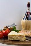 Najlepszy Włoski jedzenie - świeży pecorino ser, czerwone wino, oliwny brea Obrazy Stock