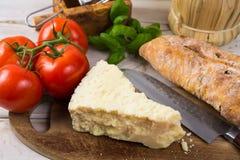 Najlepszy Włoski jedzenie - świeży pecorino ser, czerwone wino, oliwny brea Obraz Royalty Free