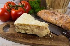 Najlepszy Włoski jedzenie - świeży pecorino ser, czerwone wino, oliwny brea Obraz Stock