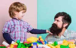 Najlepszy weekend kiedykolwiek Szcz??liwy rodzinny czas wolny mała chłopiec z tatą bawić się wraz z cegły zabawką Rozw?j dziecka  zdjęcie stock