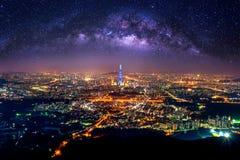 Najlepszy widok Południowy Korea z Lotte światowym centrum handlowym i Milky sposobem przy Namhansanseong fortecą Zdjęcie Stock