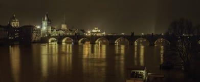 Najlepszy widok Prague nocą z mostem Zdjęcia Royalty Free