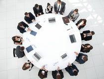 najlepszy widok spotkanie udziałowowie firma przy okrągłym stołem obrazy stock
