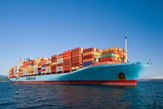 Najodka Rusia - 22 de agosto de 2017: Portacontenedores Gerner Maersk en el ancla en los caminos Foto de archivo
