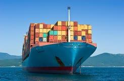 Najodka Rusia - 22 de agosto de 2017: Portacontenedores Gerner Maersk en el ancla en los caminos Fotografía de archivo