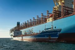 Najodka, Rusia - 12 de enero de 2019: Situación de Maastricht Maersk de portacontenedores de la arcón de Ostrov Sajalín del petro imagenes de archivo