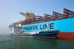 Najodka, Rusia - 12 de julio de 2017: Arcones de Zaliv Najodka del petrolero en la incursión una compañía grande Maersk de portac Foto de archivo libre de regalías