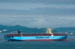 Najodka, Rusia - 12 de julio de 2017: Portacontenedores Maersk Hong Kong que se coloca en los caminos en el ancla Imágenes de archivo libres de regalías
