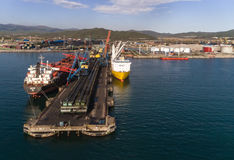 Najodka, Rusia - 16 de mayo de 2017: El carguero de graneles GNS Hore y el buque para el transporte del cielo feliz de los cargce Foto de archivo libre de regalías
