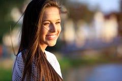 najpiękniejszy portret kobiety uśmiechnięci young Zakończenie portret świeży i piękny młody moda modela pozować plenerowy Zdjęcia Royalty Free