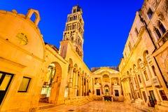 najpierw katolik Croatia przedstawił masowego księdza rozszczepiającego, co mówi zdjęcie royalty free