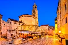 najpierw katolik Croatia przedstawił masowego księdza rozszczepiającego, co mówi fotografia royalty free
