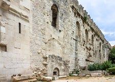 najpierw katolik Croatia przedstawił masowego księdza rozszczepiającego, co mówi Diocletian pałac ściana zdjęcie royalty free
