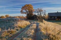 Najpierw oszronieję w jesieni, wiejskim krajobrazie z drewnianym domem i śladzie, Zdjęcia Stock