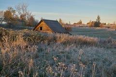 Najpierw oszronieję w jesieni, wiejski krajobraz z drewnianym domem Fotografia Stock