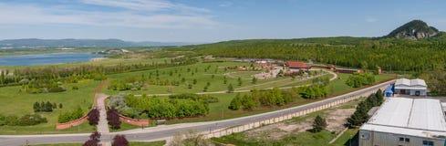 Najwięcej Brux miasta grodzkiej panoramy cmentarnianego kościelnego przedmieścia, recultivated kopalnia węgla teren fotografia stock