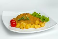 Najwięcej wieprzowina kotlecików z pomidorem i sałatą na białym talerzu Obraz Royalty Free