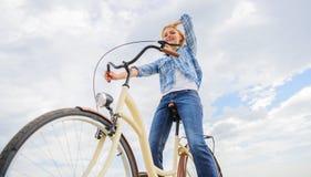 Najwięcej zadowalającej formy jaźń transport Cieszy się kolarstwo krążownika rower Kobieta czuje swobodnie podczas gdy cieszy się fotografia stock