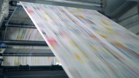 Nakładowy mechanizm wydaje drukującego papier Drukowe gazety w typografii zbiory wideo