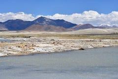Сильно соляной Nak Ruldan озера около деревни Yakra в Тибете, Китае стоковые изображения rf