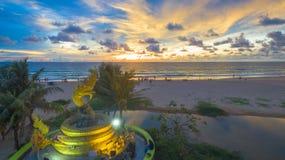Naka bóg wąż statua po środku Karon plaży Zdjęcie Stock