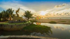 Naka bóg wąż statua po środku Karon plaży Zdjęcia Royalty Free