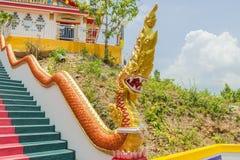 Naka y x28 amarillos; snake& gigante x29; estatua encima de la escalera principal que lleva a la reproducción de Phra la cual en- Foto de archivo libre de regalías