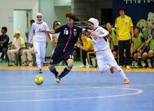 NAKAJIMA Shiori av Japan #10 och ETEDADI Fatemeh av Iran slåss för bollen Royaltyfria Foton