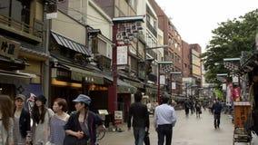 Nakamise, een traditionele het winkelen straat in Tokyo, Japan stock footage