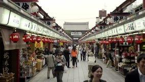 Nakamise, una strada dei negozi tradizionale a Tokyo, Giappone video d archivio