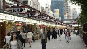 Nakamise, une rue traditionnelle d'achats à Tokyo, Japon banque de vidéos