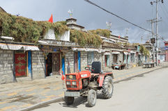 Nakartse, Tibet, Cina, 02 ottobre, 2013 Piccolo trattore sulla via nel piccolo stabilimento Nakartse Fotografia Stock