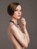 Naken härlig flicka med smycken arkivfoton