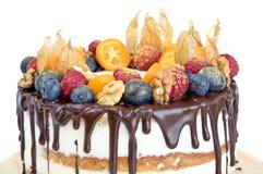 Naken kaka för födelsedag som dekoreras med frukter Royaltyfria Bilder