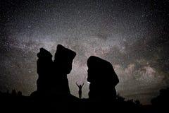 Naken kvinnakontur mot natthimmel, Vintergatan, konstellationer och stjärnor Royaltyfri Foto