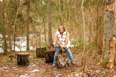 Naken man med wc-papper i en skog arkivbilder